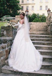 Régi menyasszonyunk A vonalú ruhában.