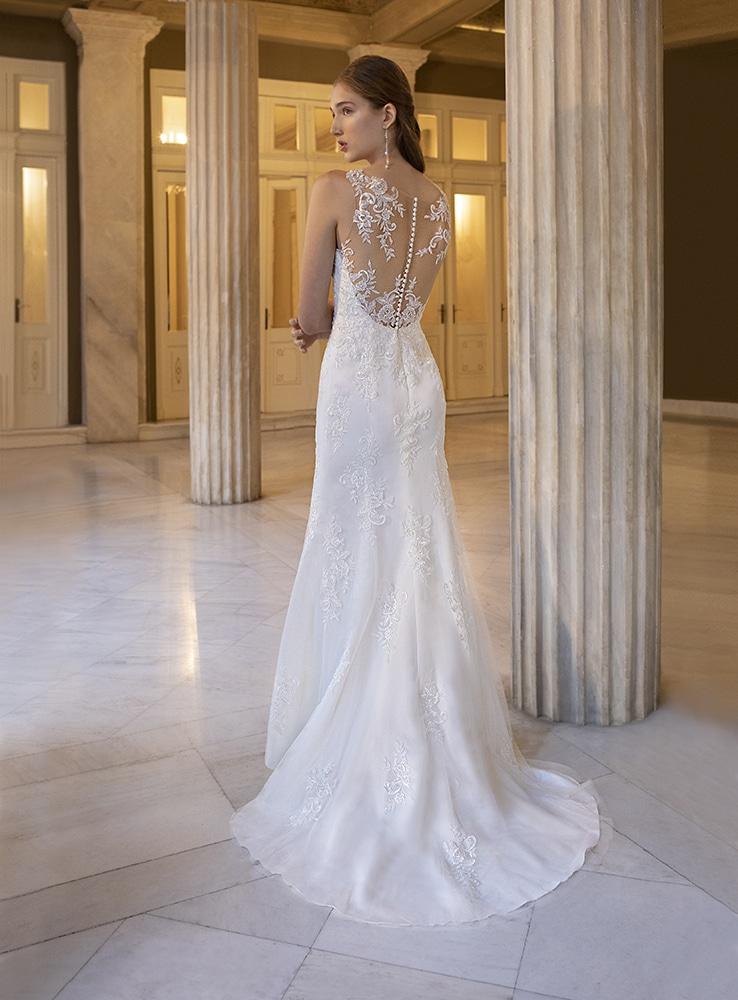 Hátul kivágott, A-vonalú menyasszonyi ruha.