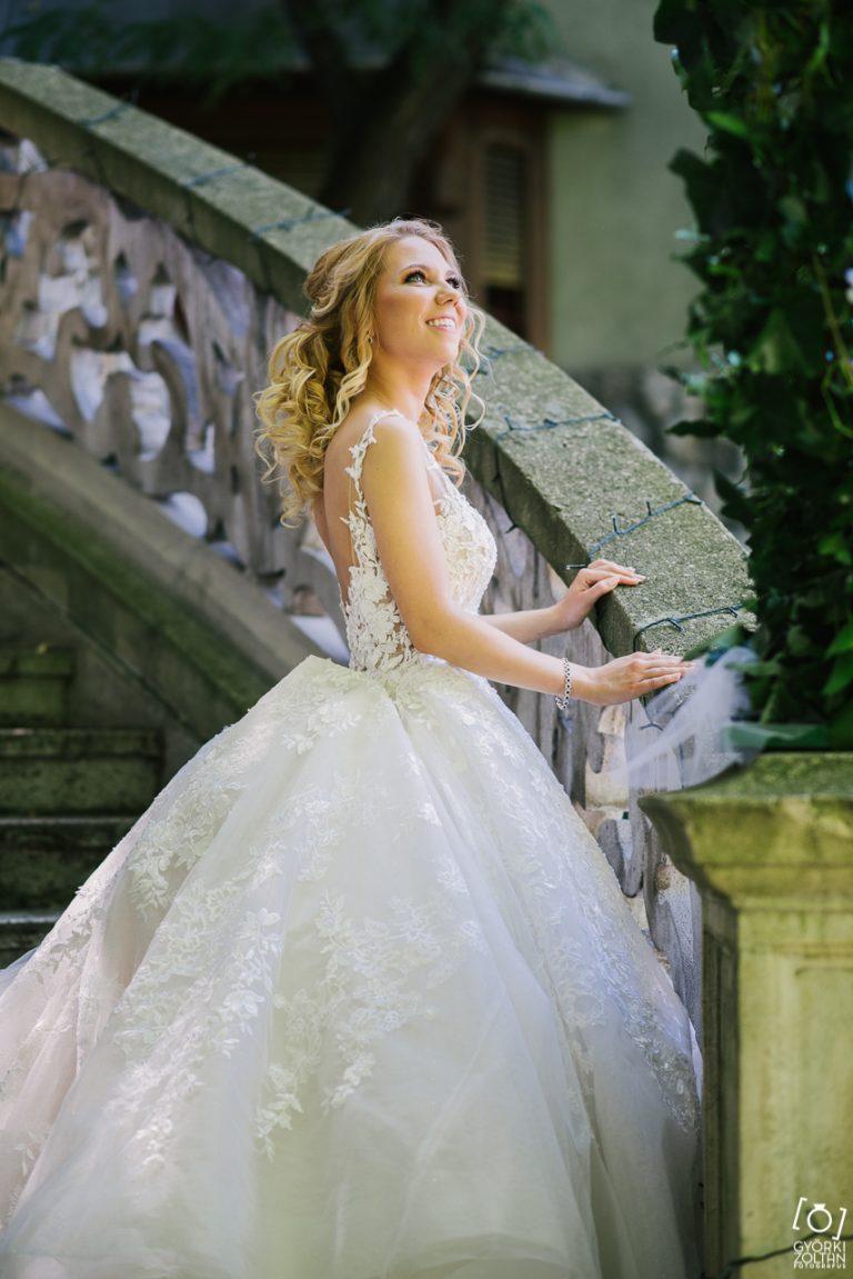 elégedett menyasszonyi ruha tuladjonos.