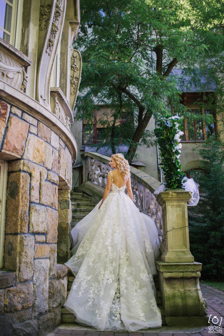 Elégedett menyasszony az esküvője napján.