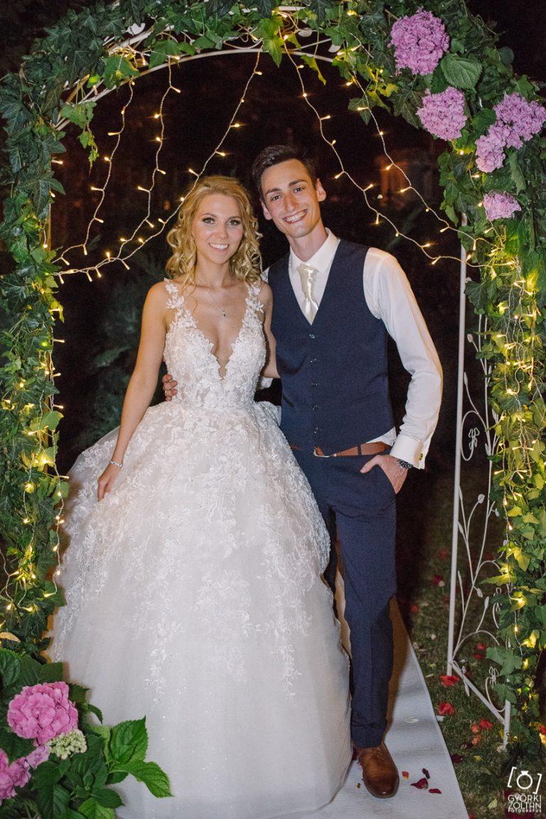 Elégedett menyasszony az esküvői ruhában.